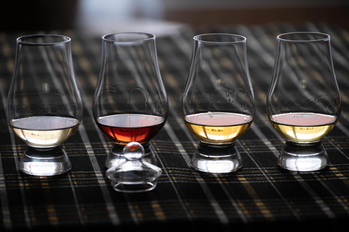 4 Gläser mit Whisky un verschiedenen Farben
