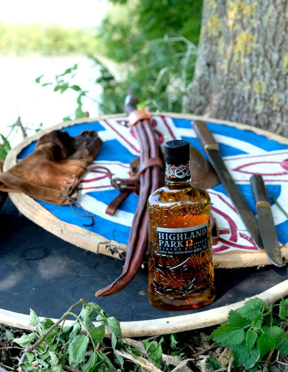 Highland Park Viking Honour steht auf zwei Wikingerschilden