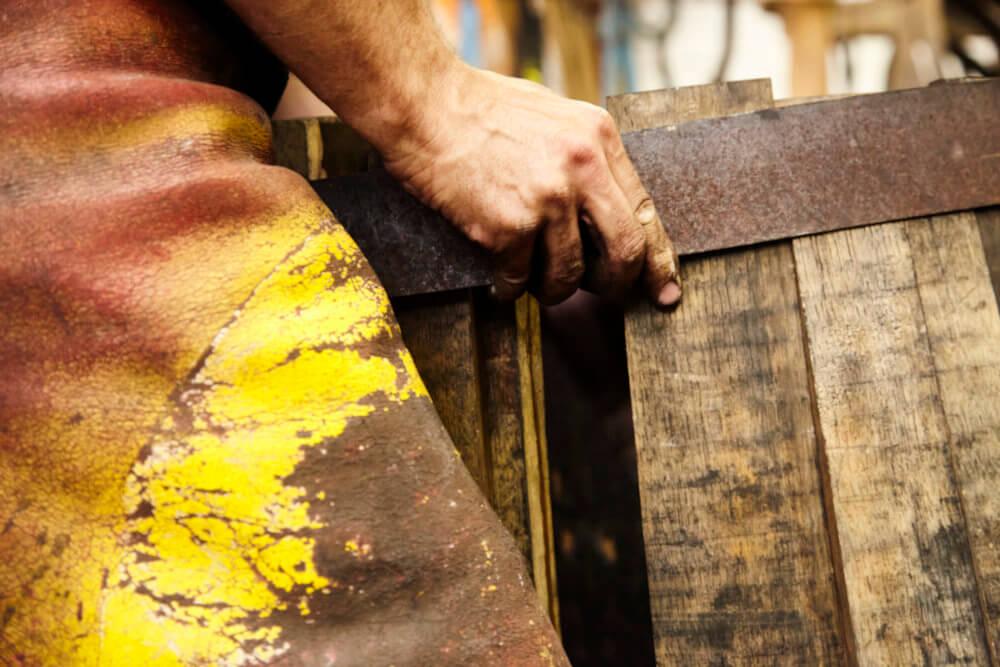 Ein Whiskyfass wird mit einem Ring versehen