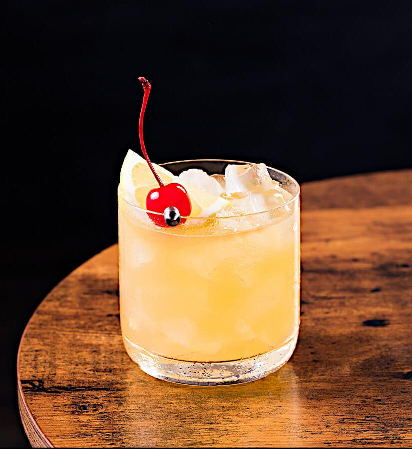 Whisky Sour Cocktail auf einem braunen Tisch