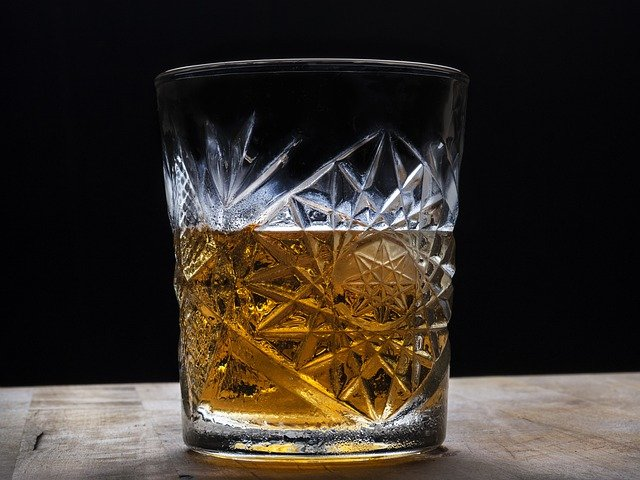 Whiskytumbler aus Kristallglas mit Whisky