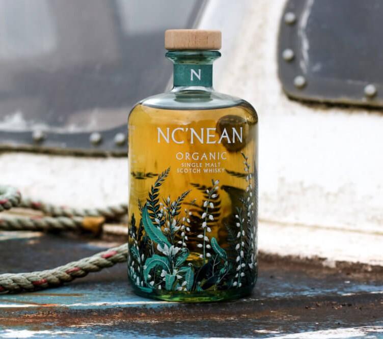 Flasche Nc'nean Whisky auf einem Boot