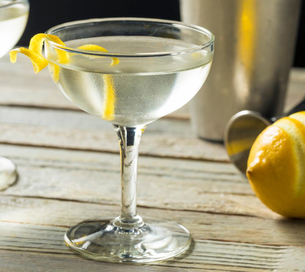 Cocktailschale mit Siglo Cero Pox Cocktail und etwas Zitronenschale