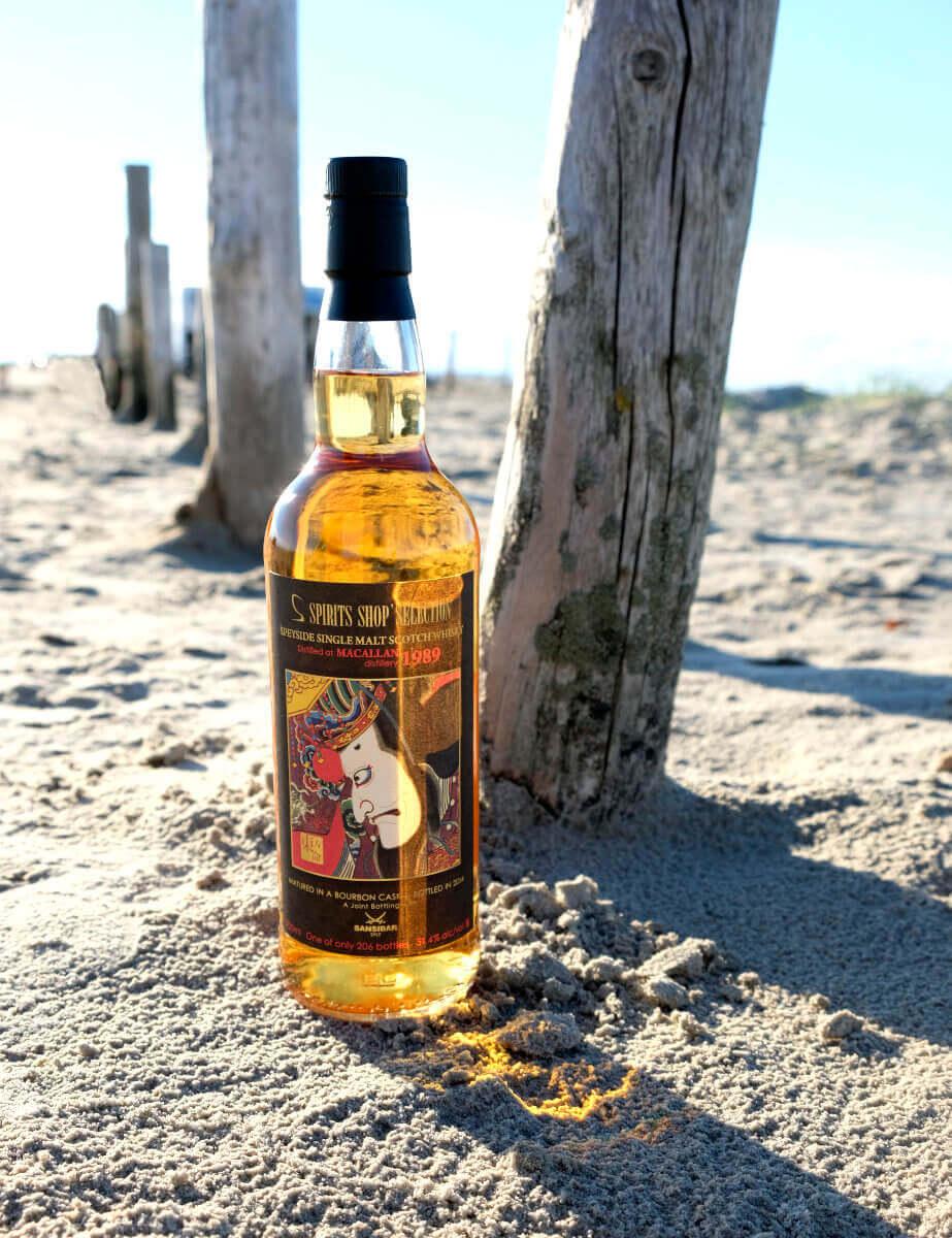 Macallan 1989 Sansibar 25 Jahre Whisky am Strand mit Holzpfählen
