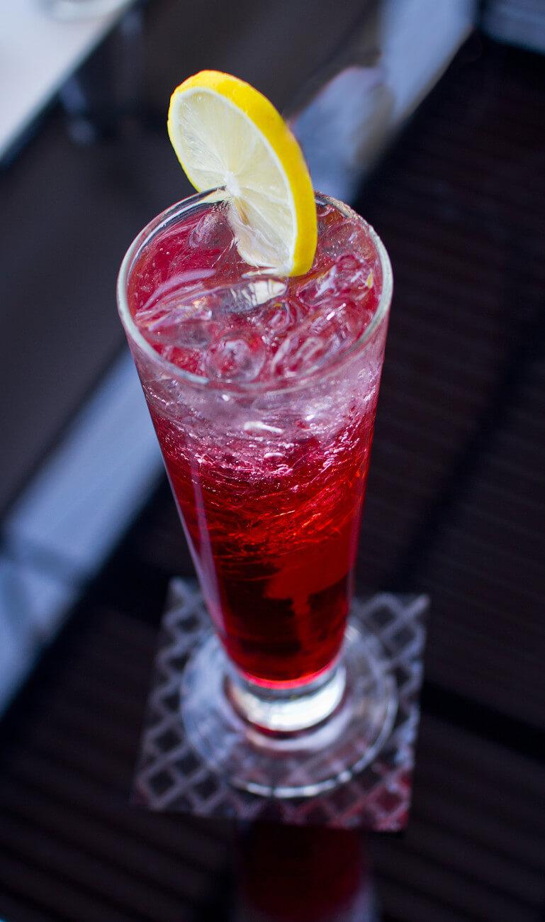 der rote Tequila Cocktail El Diabolo in einem hohen Glas mit Eiswürfeln