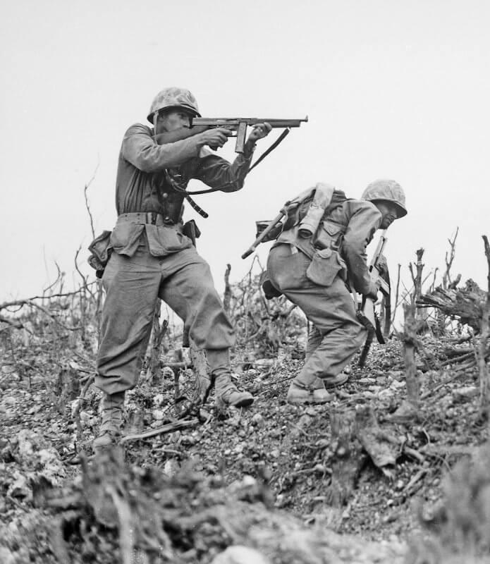 2 Soldaten im 2. Weltkrieg mit Gewehren