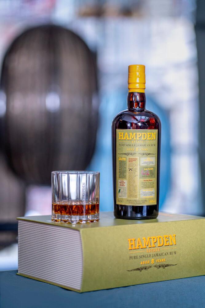 Flasche Hampden Rum 8 Jahre auf Geschenkbox