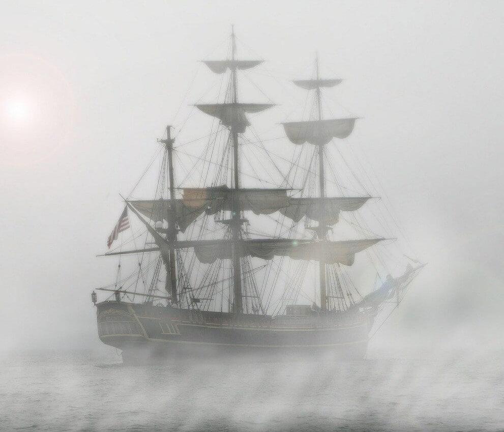 ein altes Segelschiff mit 3 Masten im Nebel