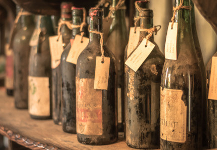diverse alte verstaubte Flaschen