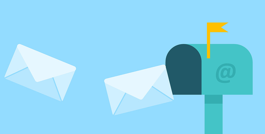 Postkasten in den 2 Brief hineinfliegen