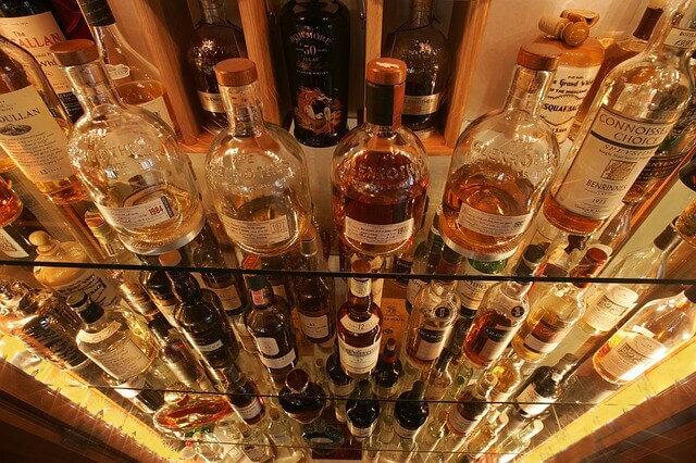 Glasregal mit vielen Flaschen
