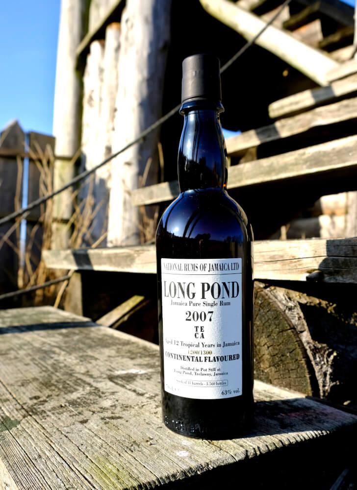 Long Pond Rum auf Holztreppe