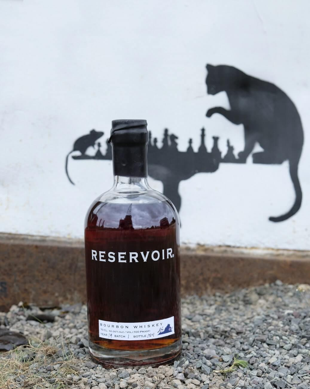 Reservor Bourbon amerikanischer Whisky von einem Graffiti mit Schachbrett, einer Maus und Katze