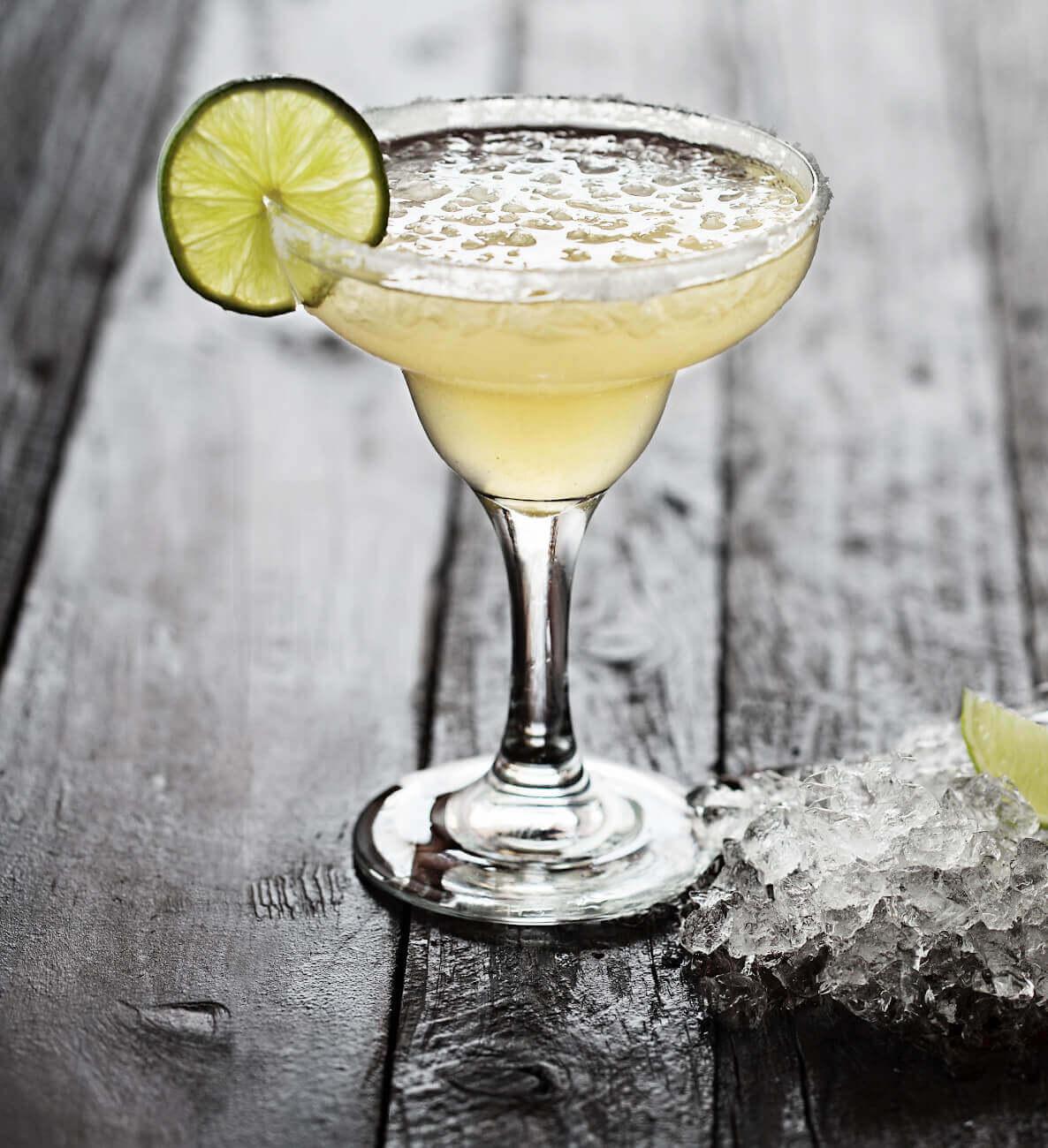 Margarita Cocktail in einer Cockailschale mit chrushed Eis und einer Zironenscheibe