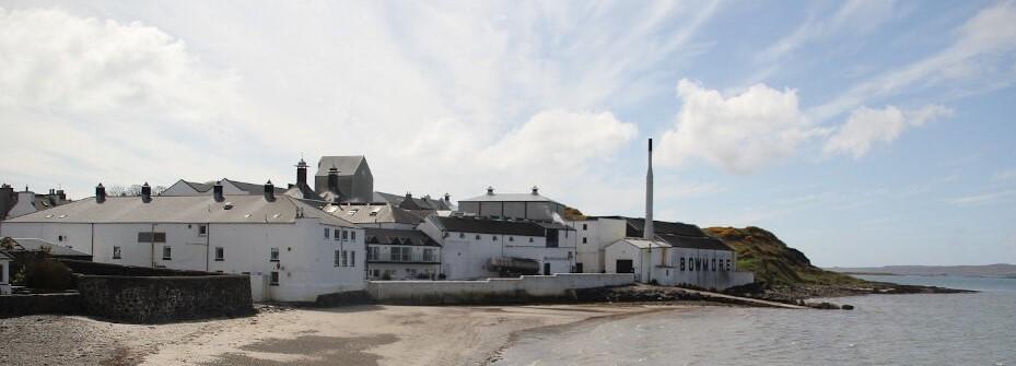 Bowmore Destillerie am Strand von Islay
