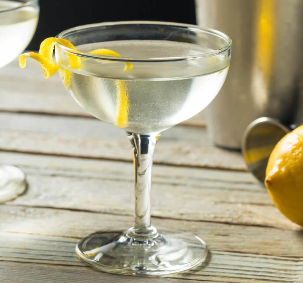 Knickerbocker's Cocktail in einer Cocktail Schale garniert mit Zitronenzeste