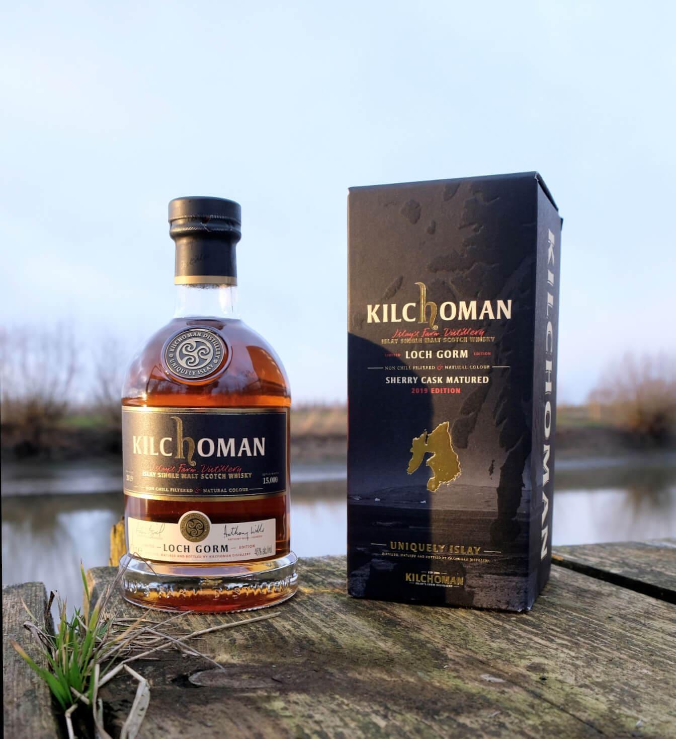 Kilchoman Loch Gorm Whisky auf einem Holzsteg am Wasser