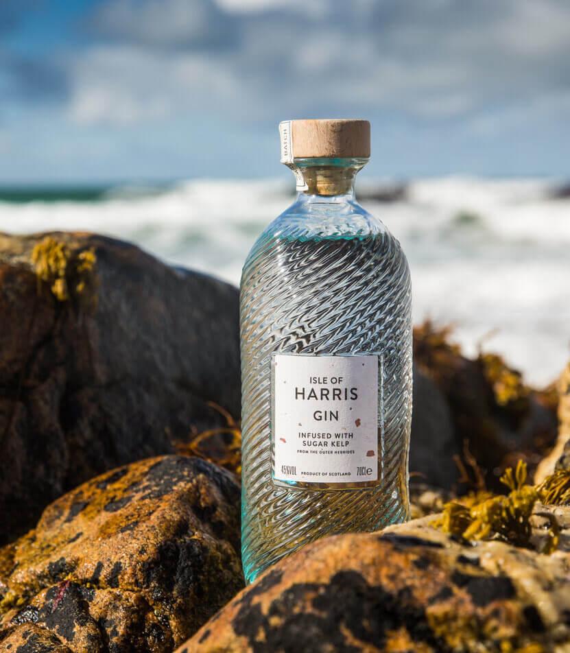 Isle of Harris Gin  zwischen Steinen am Meer