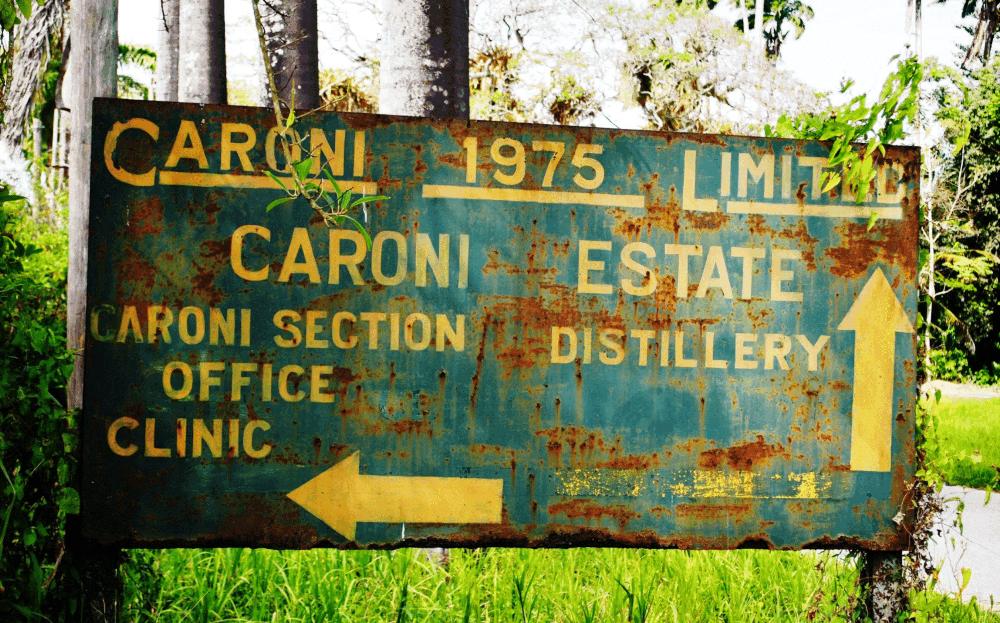 verwittertes Schild der Caroni Distillery