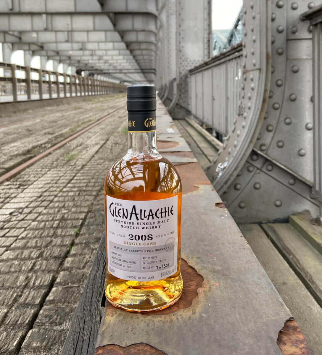 Flasche Glen Allachie auf einer alten Eisenbahnbrücke