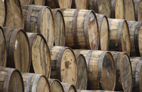 Whiskyfässer lagern übereinander