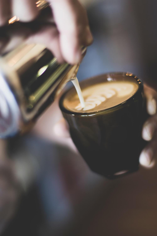 Kaffe wird in einen Becher gegossen