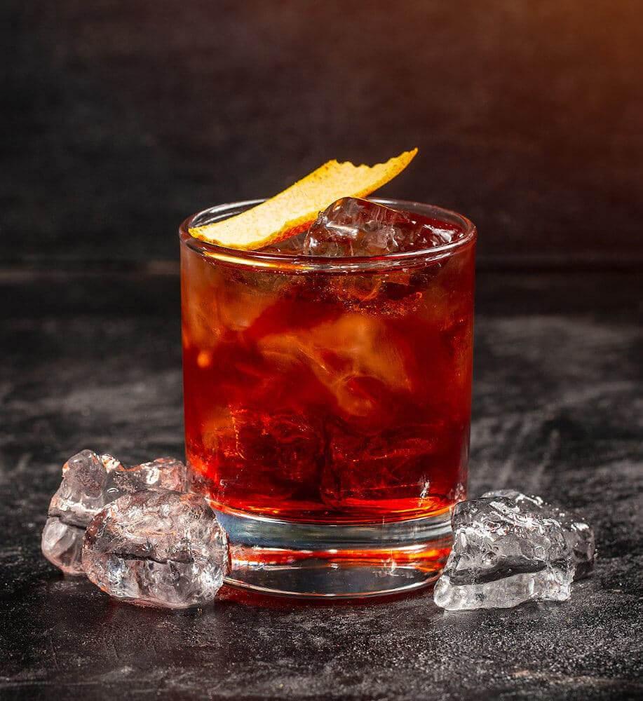 Negroni Cocktail im Tumbler auf einem Tisch