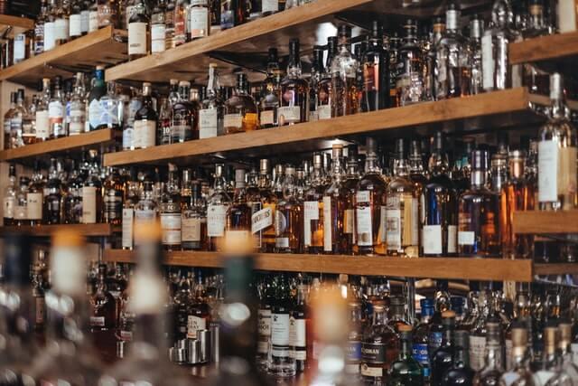 viele Whiskyflaschen in einem Regal
