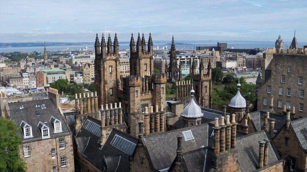 Blick von oben auf Edingburg in Schottland